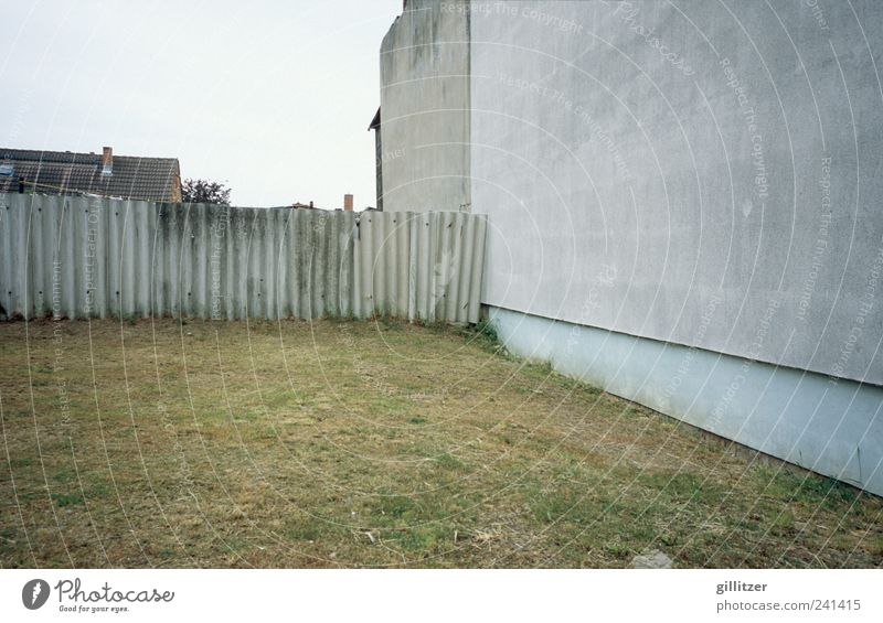 Trostloses auf Usedom Dorf Kleinstadt Menschenleer Haus Mauer Wand alt Armut authentisch hässlich kaputt trashig Langeweile Traurigkeit Sorge Unlust