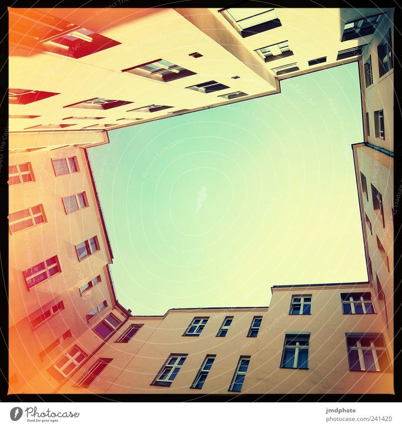 Innenhof Häusliches Leben Wohnung Haus Arbeitsplatz Stadt Mauer Wand Fassade bedrohlich Zusammensein Geborgenheit Gastfreundschaft Verantwortung Freundlichkeit