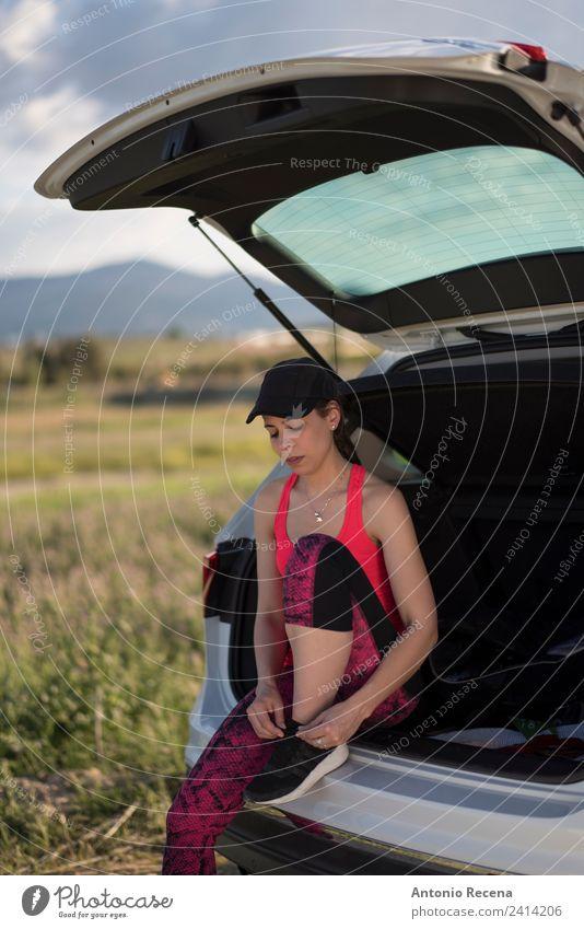 Vorbereitung auf den Sport Lifestyle Frau Erwachsene Fitness sportlich Geschwindigkeit Einsamkeit laufen Läufer joggen Fundament Training Sportbekleidung