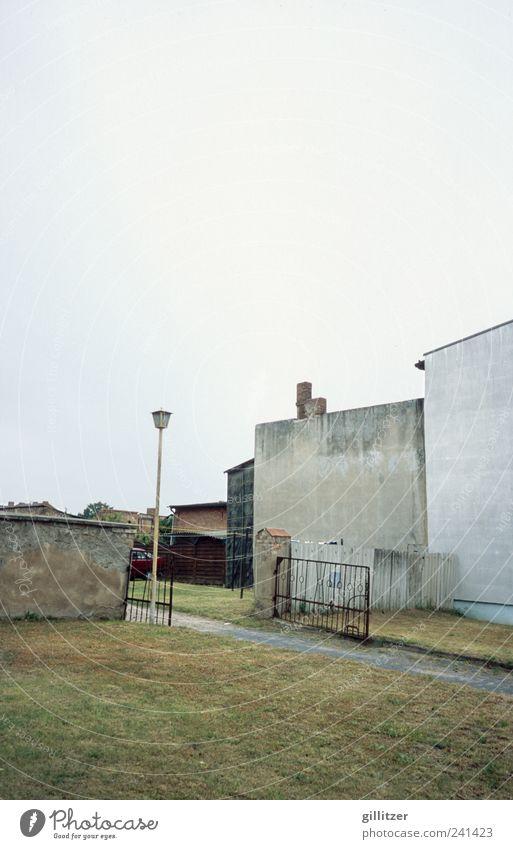 Genauso trostlos Dorf Kleinstadt Menschenleer Haus Mauer Wand alt Traurigkeit authentisch hässlich kaputt trist grau bescheiden Langeweile Sorge Müdigkeit