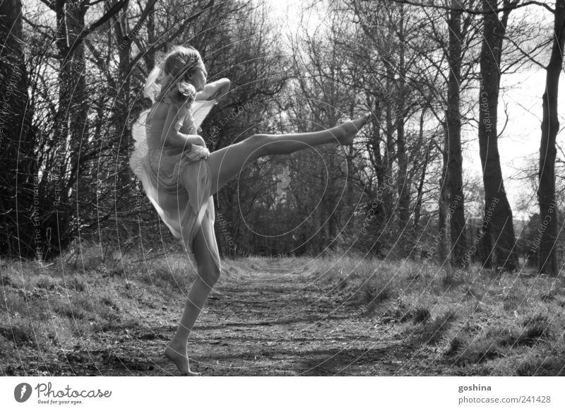 manchmal muss man tanzen. Freude Glück feminin Junge Frau Jugendliche 1 Mensch 18-30 Jahre Erwachsene Sonnenlicht Wiese Wald Kleid blond Bewegung entdecken
