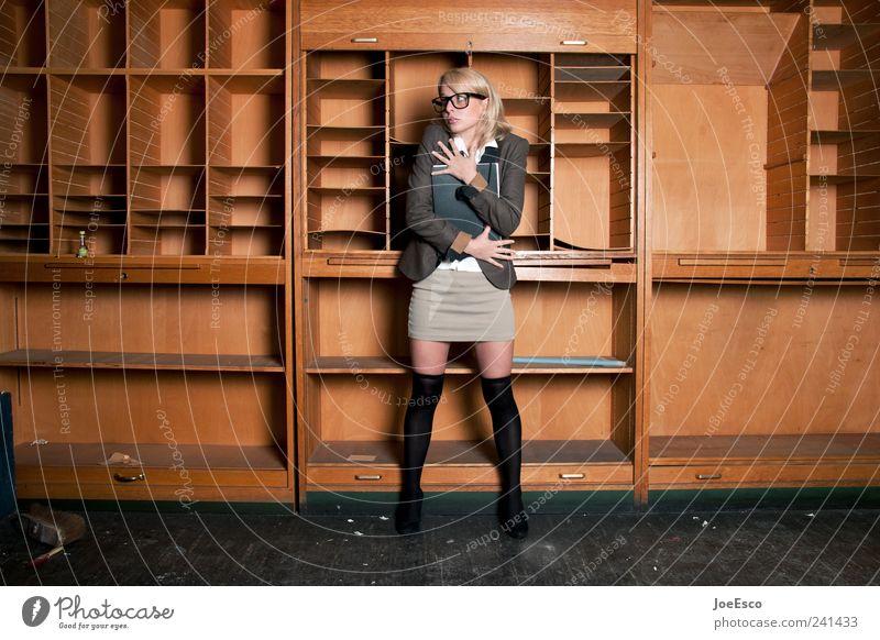 #241433 Frau schön Erwachsene Einsamkeit Stil Büro Raum Studium stehen Brille festhalten Bildung Schutz Student Rock Stress