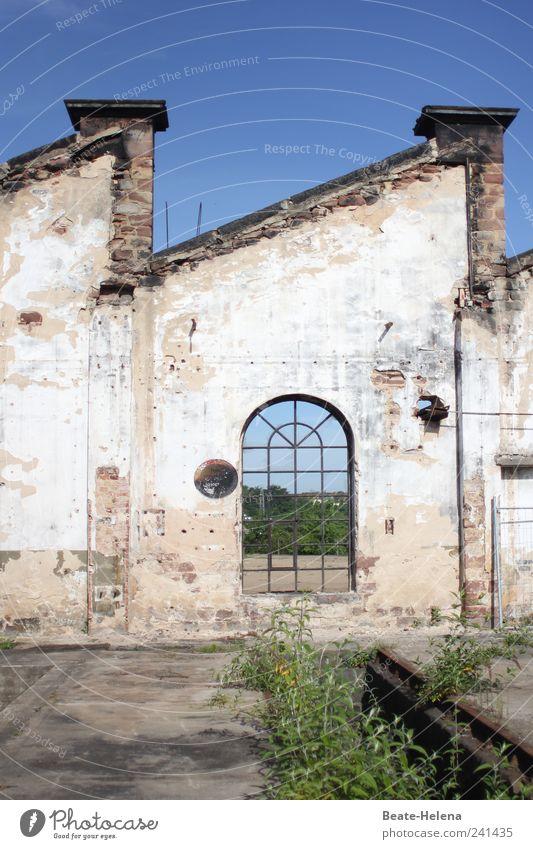 Hinter der Fassade alt blau weiß Sommer dunkel Wand Umwelt Mauer Stein kaputt Ende Rost Verfall Schönes Wetter Ruine