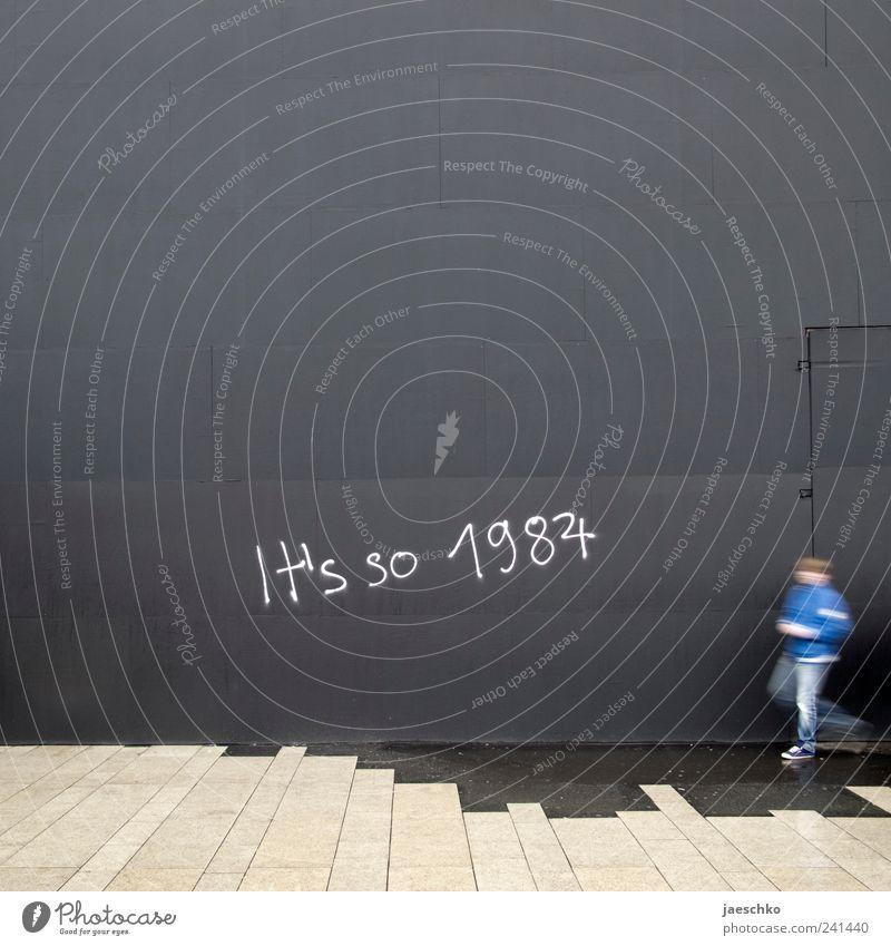 Sneaker Mensch Einsamkeit Wand Graffiti grau Mauer Angst Schriftzeichen Wandel & Veränderung trist retro Stadtleben Vergangenheit trashig Zukunftsangst