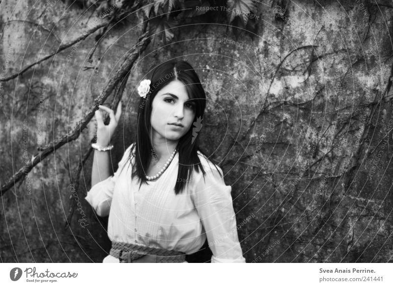 Nil. feminin Junge Frau Jugendliche Haare & Frisuren Gesicht 1 Mensch 18-30 Jahre Erwachsene Mauer Wand Fassade Mode Accessoire Schmuck langhaarig festhalten