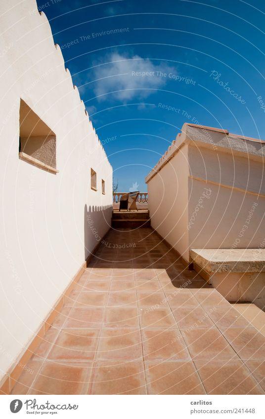 Ein Platz an der Sonne Himmel Sommer Schönes Wetter Wärme Mauer Wand Terrasse Dach ästhetisch eckig blau braun weiß Perspektive Symmetrie Ferne Dachziegel