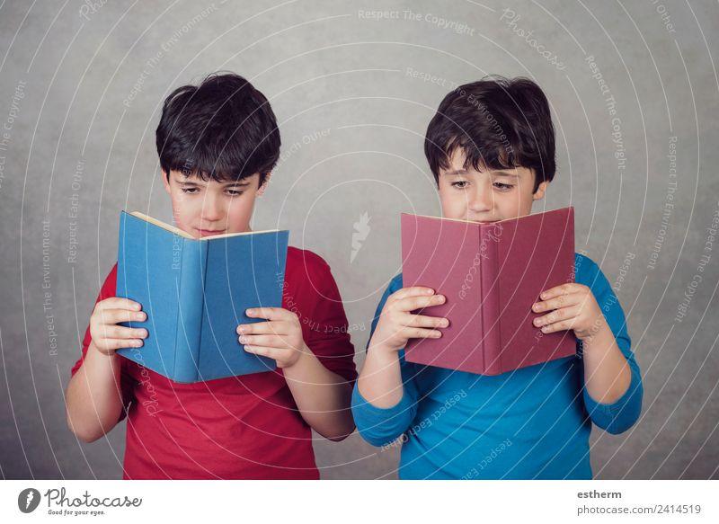 Kinder beim Lesen eines Buches Lifestyle Freude Bildung Schule lernen Schulkind Mensch maskulin Kleinkind Junge Geschwister Bruder Freundschaft Kindheit 2