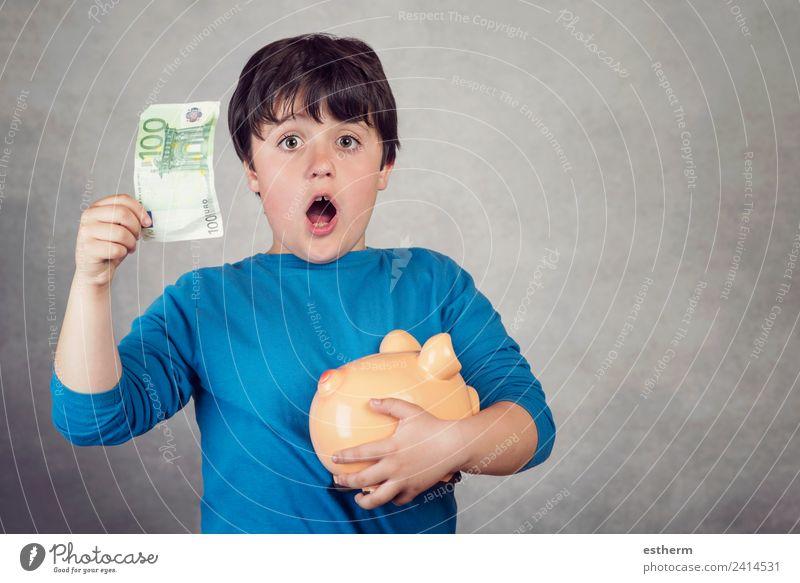 überrascht Kind spart Geld in einer Spardose Lifestyle kaufen Reichtum Freude Glück Wirtschaft Kapitalwirtschaft Geldinstitut Erfolg Mensch maskulin Kleinkind