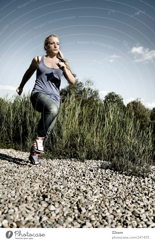 es geht voran! Lifestyle Stil Sport Joggen feminin Junge Frau Jugendliche 1 Mensch 18-30 Jahre Erwachsene Umwelt Natur Landschaft Himmel Sommer Pflanze