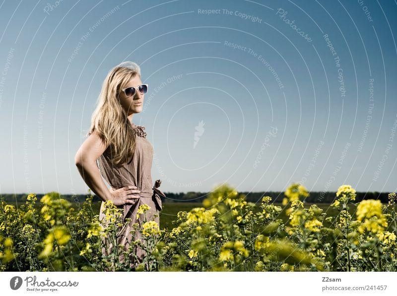 landliebe Mensch Natur Jugendliche schön Himmel Blume Sommer Erholung feminin Stil Landschaft Kraft Feld blond Erwachsene elegant