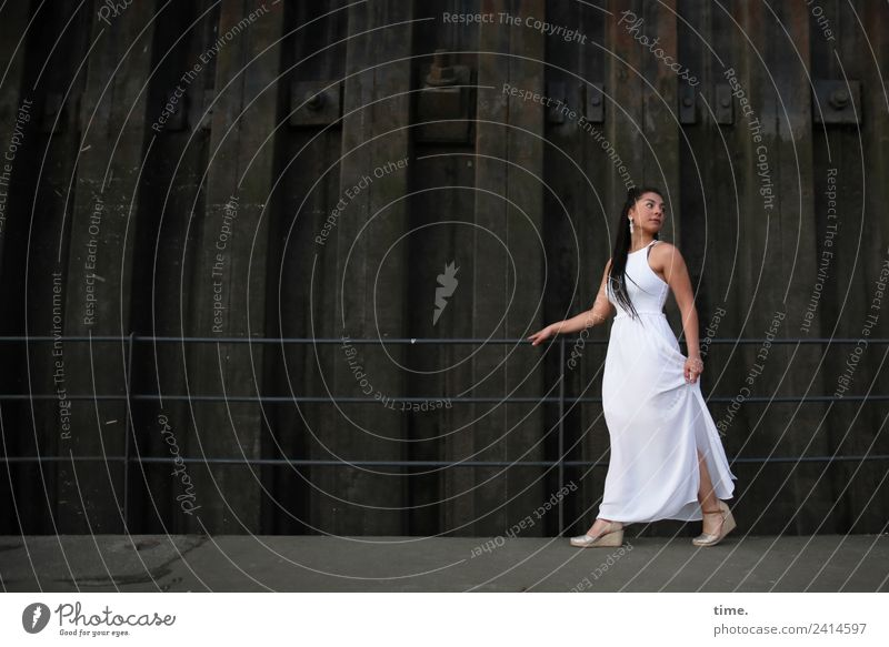Nikolija feminin Frau Erwachsene 1 Mensch Mauer Wand Steg Brückengeländer Kleid Ohrringe Haare & Frisuren langhaarig Locken beobachten drehen festhalten gehen