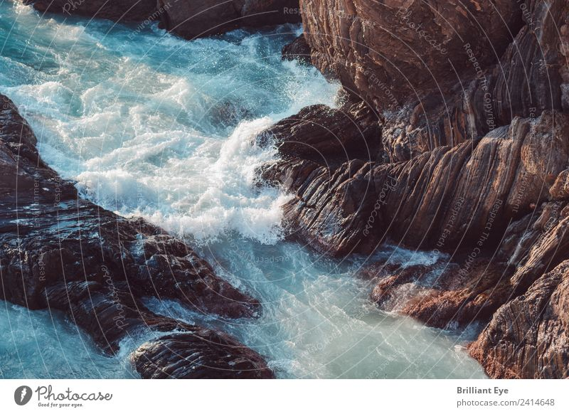 besänftigen Meer Wellen Natur Urelemente Wasser Frühling Klima Wind Sturm Felsen Küste Seeufer kämpfen bedrohlich natürlich rebellisch Gefühle Kraft Macht