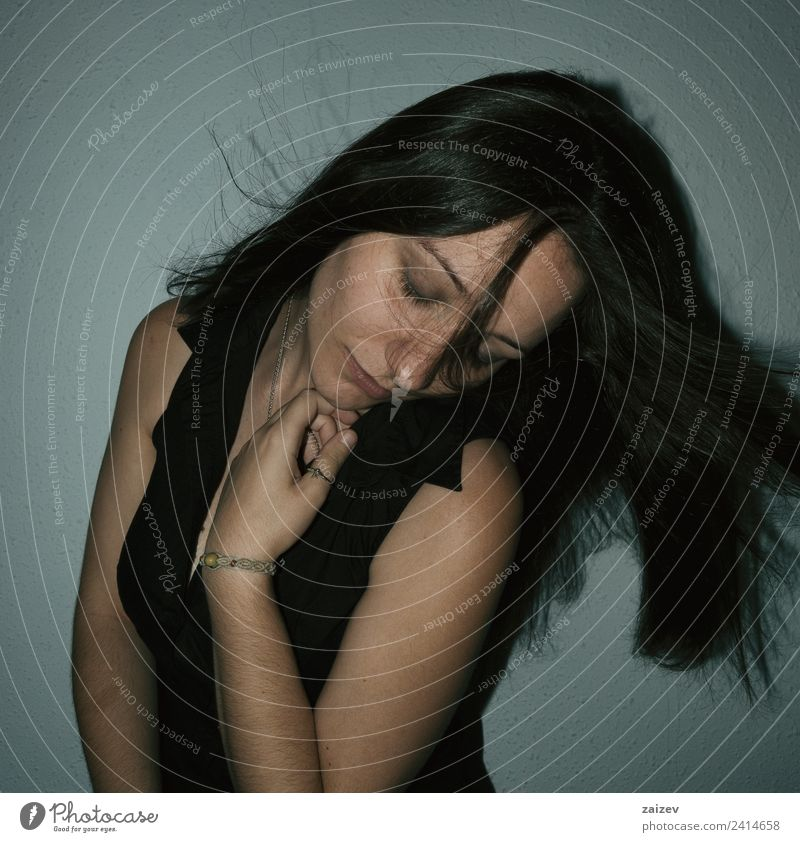 Mädchen mit geschlossenen Augen und Haaren im Wind Lifestyle schön Gesicht Freiheit Mensch feminin Junge Frau Jugendliche Erwachsene Hand 18-30 Jahre brünett