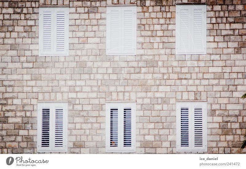 6 Fenster zum Hof weiß Haus Fenster Wand Holz Architektur Mauer Stein Gebäude braun Wohnung Fassade Europa Wandel & Veränderung Häusliches Leben Bauwerk