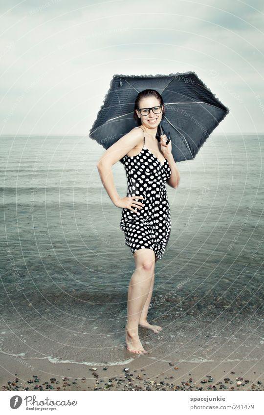 misses umbrella Mensch feminin Frau Erwachsene 1 18-30 Jahre Jugendliche Sand Wasser Wolken Horizont Strand Blick schön nerdig blau Schirm Regenschirm lachen