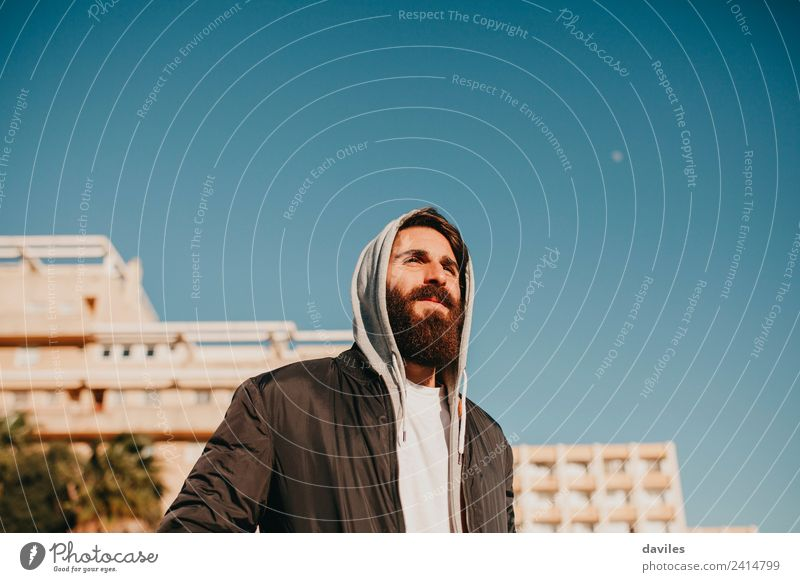Weißbärtiger Mann posiert in den Vororten der Stadt schön Gesicht Mensch Junger Mann Jugendliche Erwachsene 1 18-30 Jahre Jugendkultur Himmel Kleinstadt Gebäude