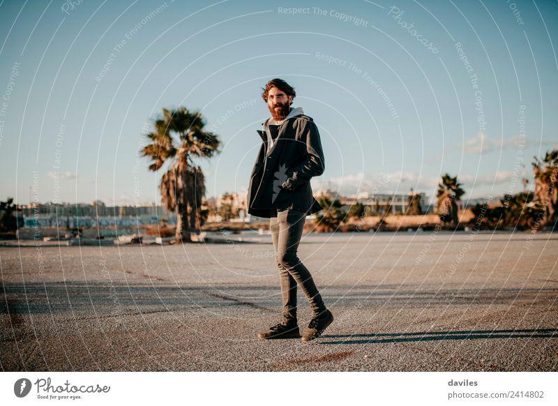 Freizeitkleidung Mann in der Stadt Lifestyle Mensch maskulin Junger Mann Jugendliche 1 18-30 Jahre Erwachsene Jugendkultur Subkultur Musik Altstadt Menschenleer