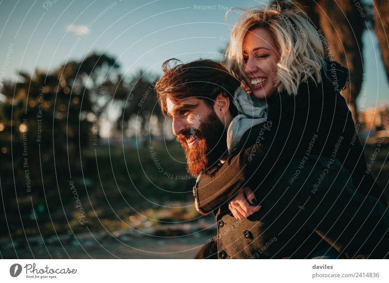 Ein glückliches Paar, das die Natur genießt, wird umarmt. Lifestyle Freude Freizeit & Hobby Ferien & Urlaub & Reisen Mensch Junge Frau Jugendliche Junger Mann