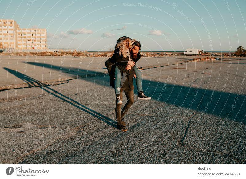 Ein glückliches Paar, das die Natur genießt, wird umarmt. Lifestyle Freude Glück Spielen Mensch Junge Frau Jugendliche Junger Mann Erwachsene Partner 2