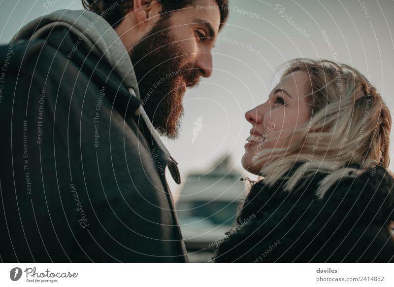Ein glückliches Paar, das sich gegenseitig ansieht. Lifestyle Mensch Junge Frau Jugendliche Junger Mann Partner 2 18-30 Jahre Erwachsene blond Vollbart Küssen
