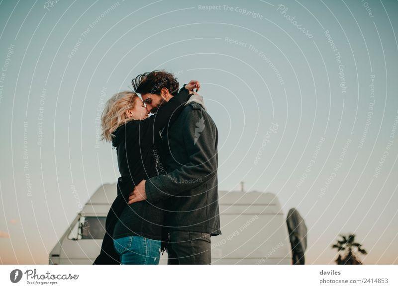 Lächelndes Paar vor ihrem Van Lifestyle Freude Ausflug Camping Mensch Junge Frau Jugendliche Junger Mann Partner 2 18-30 Jahre Erwachsene Landschaft Fahrzeug
