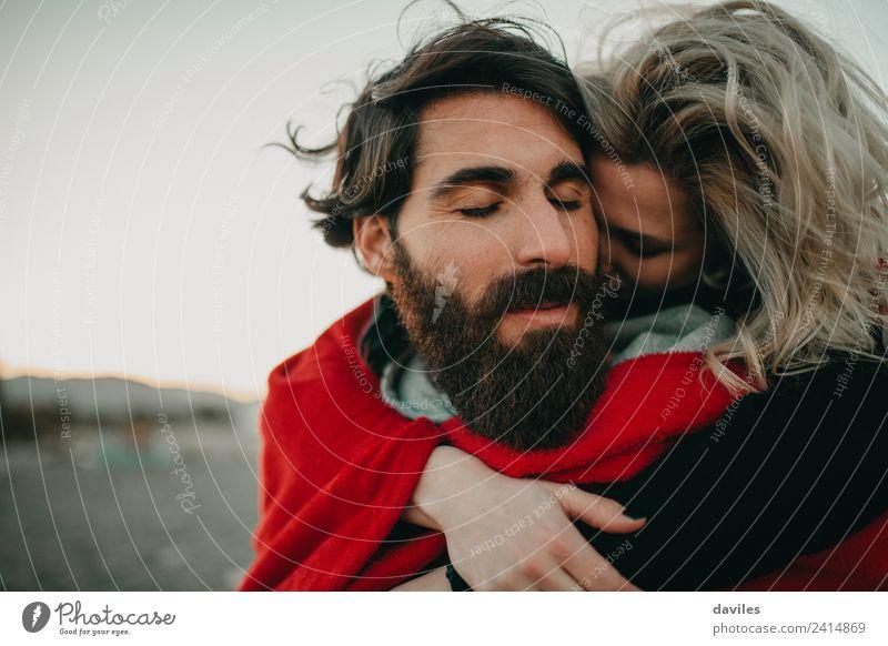 Hüfte Paar umarmend Lifestyle Freude Sommer Strand Meer Winter Mensch Junge Frau Jugendliche Erwachsene Mann Partner 2 18-30 Jahre Natur blond Vollbart Liebe