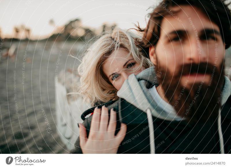 Frau Mensch Jugendliche Mann Junge Frau Junger Mann 18-30 Jahre Erwachsene Lifestyle Umwelt Liebe Gefühle Glück Paar Sand blond