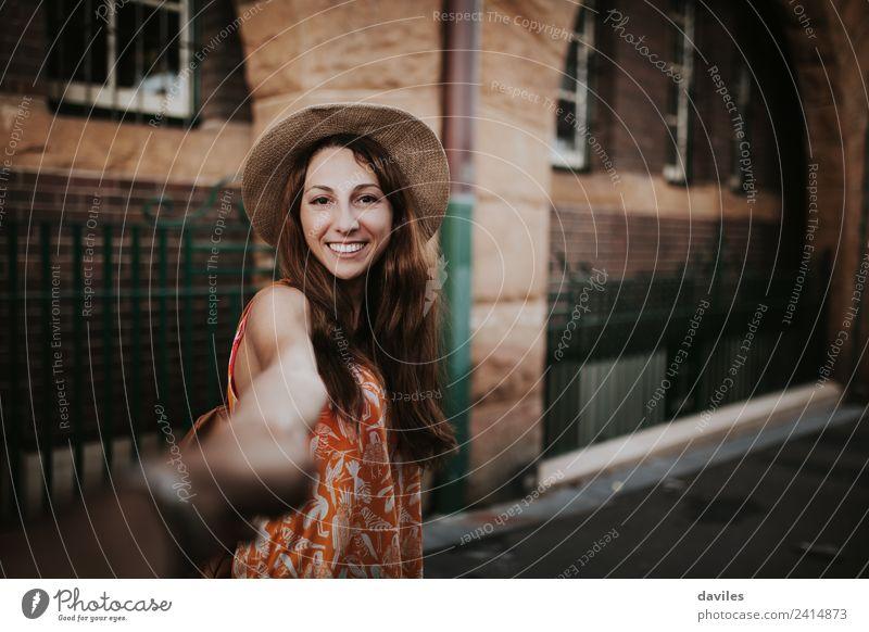 Weiße glückliche Frau, die ihren Freund an der Hand hält, während sie an The Rocks im Stadtzentrum von Sydney, Australien, vorbeigeht. Lifestyle Freude