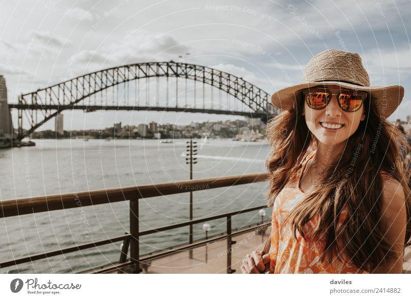Hübsches Mädchen mit Hut und Sonnenbrille posiert in Sydney, mit der Harbour Bridge im Hintergrund. Lifestyle Ferien & Urlaub & Reisen Ausflug Sightseeing