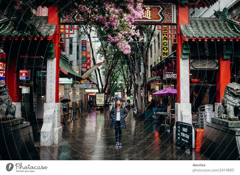 Junge Frau steht unter dem Chinatown-Viertelbogen in der Stadt Sydney, Australien. kaufen Ferien & Urlaub & Reisen Tourismus Business feminin Jugendliche