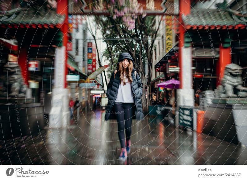 Junge weiße Frau geht durch das Viertel Chinatown in der Stadt Sydney, Australien. kaufen Ferien & Urlaub & Reisen Tourismus Business Mensch Junge Frau