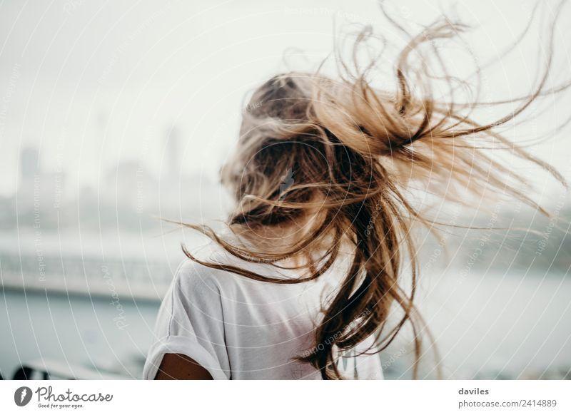 Weißes Mädchen bewegt ihre langen Haare Lifestyle Freiheit Mensch feminin Junge Frau Jugendliche Erwachsene Kopf 1 18-30 Jahre Jugendkultur Subkultur Wind Mode