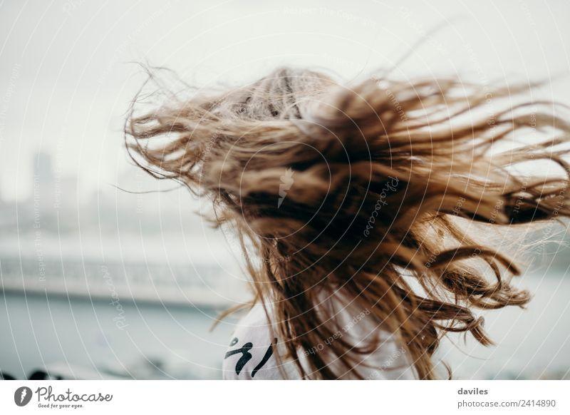 Mädchen bewegt die Haare Freude schön Gesicht Freiheit Sommer Mensch feminin Junge Frau Jugendliche Erwachsene 1 18-30 Jahre Wolken Wind Regen Wärme Mode