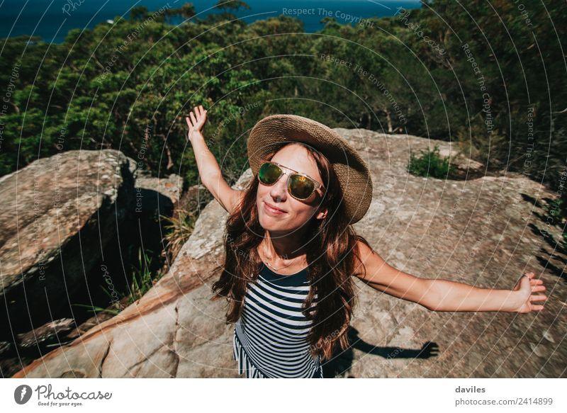 Lächelnde Frau genießt den australischen Wald Lifestyle Freude schön Wellness Leben Freizeit & Hobby Ferien & Urlaub & Reisen Ausflug Abenteuer Freiheit
