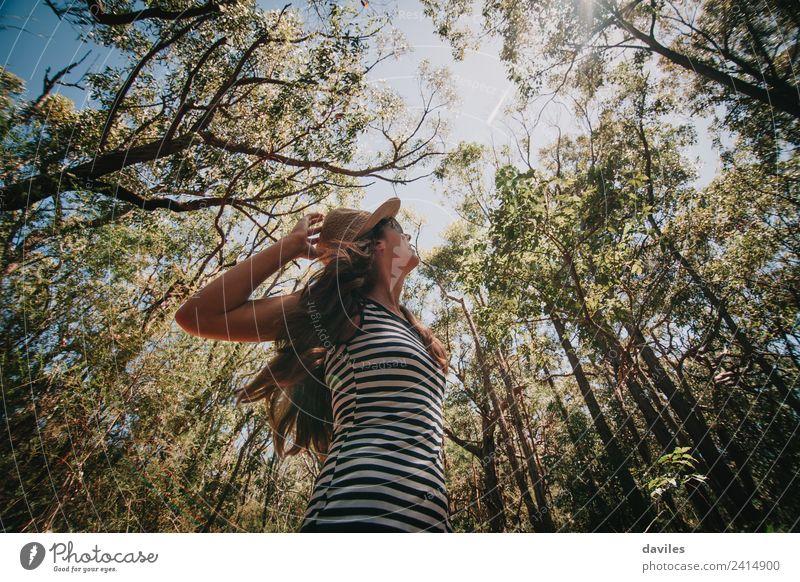 Niedliche Frau, die den australischen Wald genießt. Lifestyle Erholung Freizeit & Hobby Ferien & Urlaub & Reisen Abenteuer Freiheit Sommer wandern Mensch