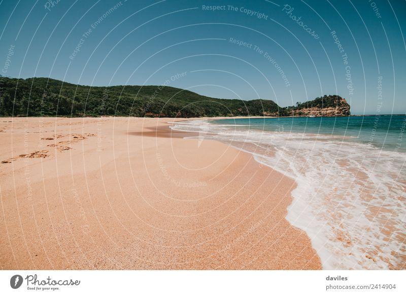 Verlassener schöner Strand mit sauberem Strand und Wasser. Ferien & Urlaub & Reisen Tourismus Abenteuer Freiheit Sommer Meer Wellen Umwelt Natur Landschaft Sand