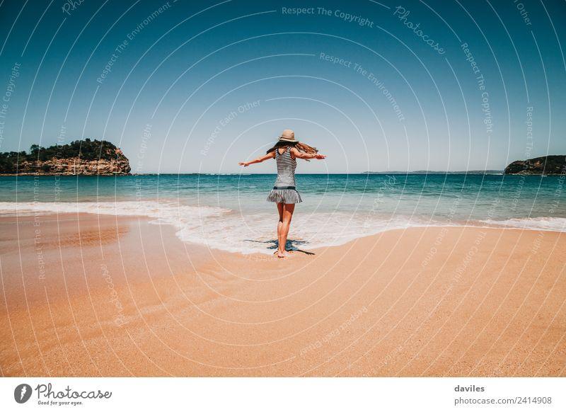 Niedliche Frau, die am Meeresufer tanzt. Lifestyle Freude schön Wellness Freizeit & Hobby Ferien & Urlaub & Reisen Abenteuer Sommer Strand Wellen Mensch