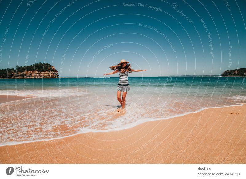 Niedliche Frau tanzt glücklich am Meer. Lifestyle Freude Wellness Leben Wohlgefühl Freiheit Erwachsene 1 Mensch 18-30 Jahre Jugendliche Umwelt Natur Landschaft