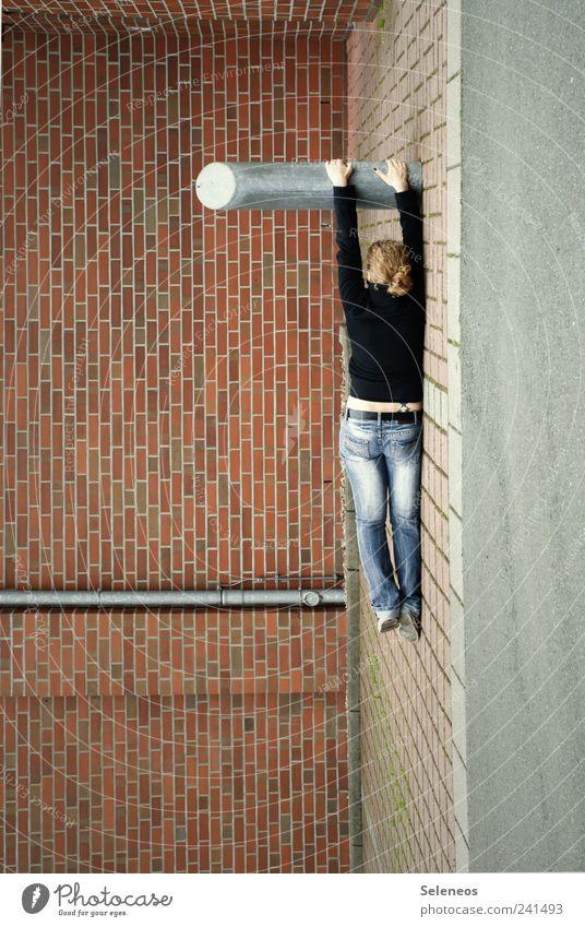 einfach mal hängen lassen Mensch Frau Haus Erwachsene Straße Wand Mauer Gebäude Kraft Fassade liegen Jeanshose Backstein anstrengen Dachrinne