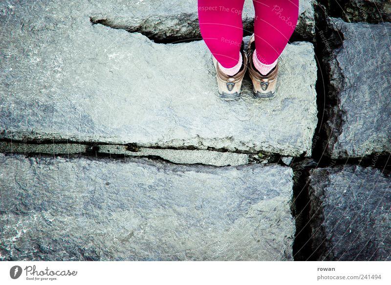 __=|= Mensch Berge u. Gebirge grau Stein Beine Fuß Linie Erde Schuhe rosa Felsen wandern stehen violett Bergsteigen graphisch