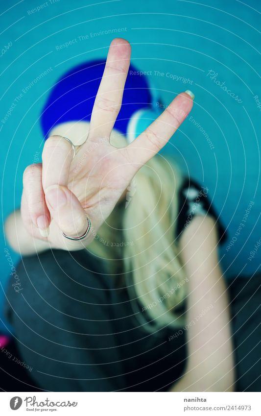 Junge Frau, die den Sieg macht, singt mit der Hand. Lifestyle Stil Design Freizeit & Hobby Headset Technik & Technologie Unterhaltungselektronik Mensch feminin