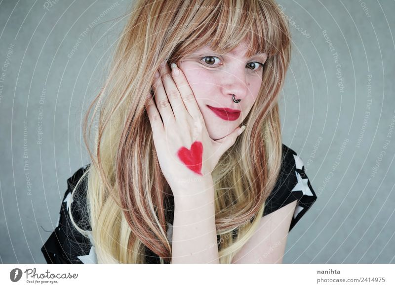 Junge blonde Frau mit einem Herzen in der Hand. Stil Design Freude schön Haare & Frisuren Gesundheit Wellness Sinnesorgane Valentinstag Mensch feminin