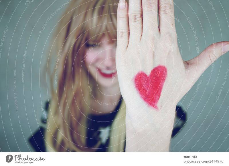 Junge Frau mit einem Herzen in der Hand gemalt. Stil Design Freude Wellness Wohlgefühl Feste & Feiern Valentinstag Mensch feminin Jugendliche 1 18-30 Jahre