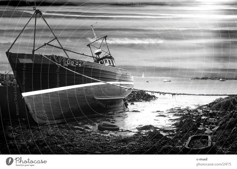 Schiff auf Kiel liegend Wasserfahrzeug Algen Fischer Wolken Schottland Mull Himmel Hafen Küste Schwarzweißfoto Iona Insel Außenaufnahme Neigung Menschenleer