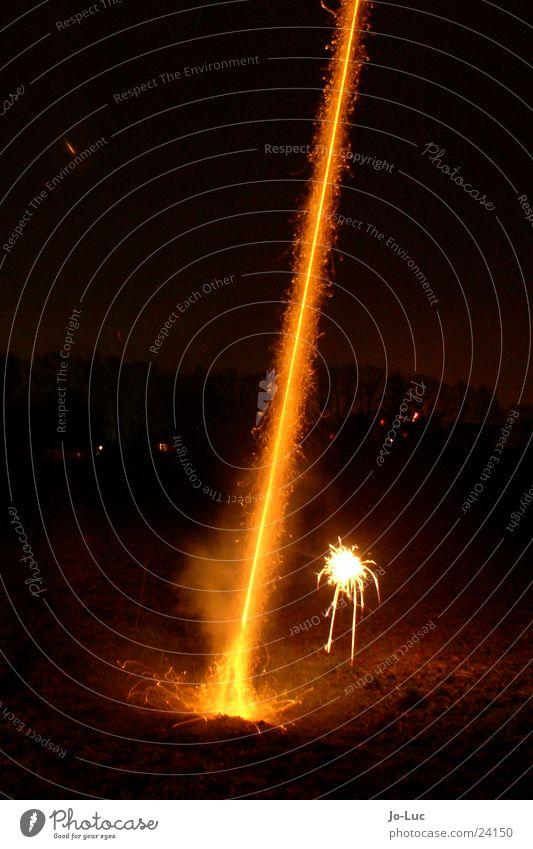 ignition Silvester u. Neujahr Langzeitbelichtung Nacht Schwanz Strahlung Feuerwerk Beginn düse Funken Brand Rauch
