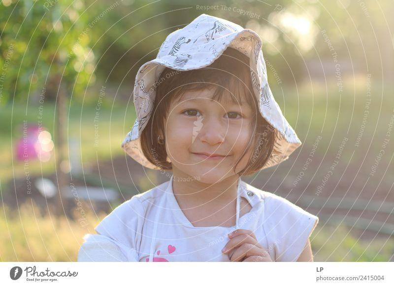 Kleines Mädchen lächelnd Lifestyle Kindererziehung Bildung Kindergarten Mensch feminin Baby Kleinkind Familie & Verwandtschaft Kindheit Leben beobachten
