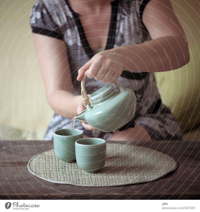 ...für uns zwei Getränk Heißgetränk Tee Geschirr Tasse Teekanne Häusliches Leben Wohnung Sofa Tisch Wohnzimmer Mensch feminin Frau Erwachsene Arme Hand 1
