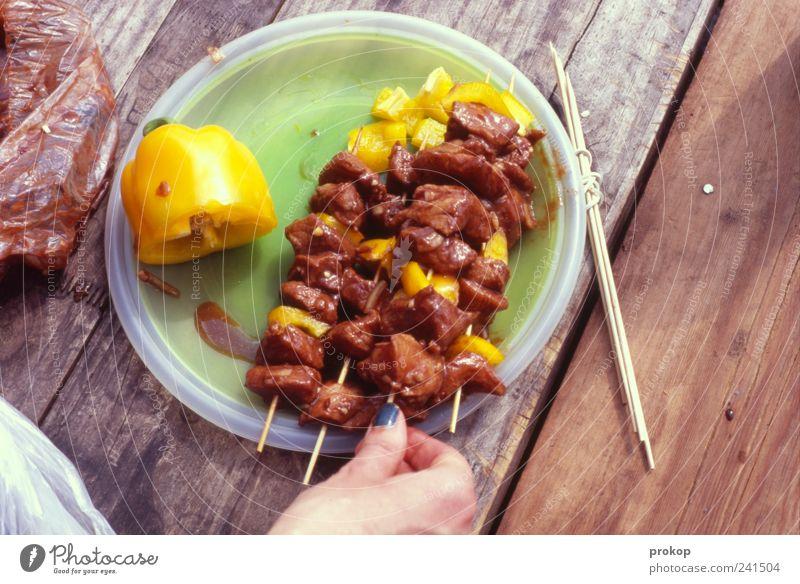 Lecker Mensch Frau Hand Erwachsene Lebensmittel Holz Tisch Kochen & Garen & Backen festhalten Gemüse lecker Grillen Fleisch Speise Saucen rustikal