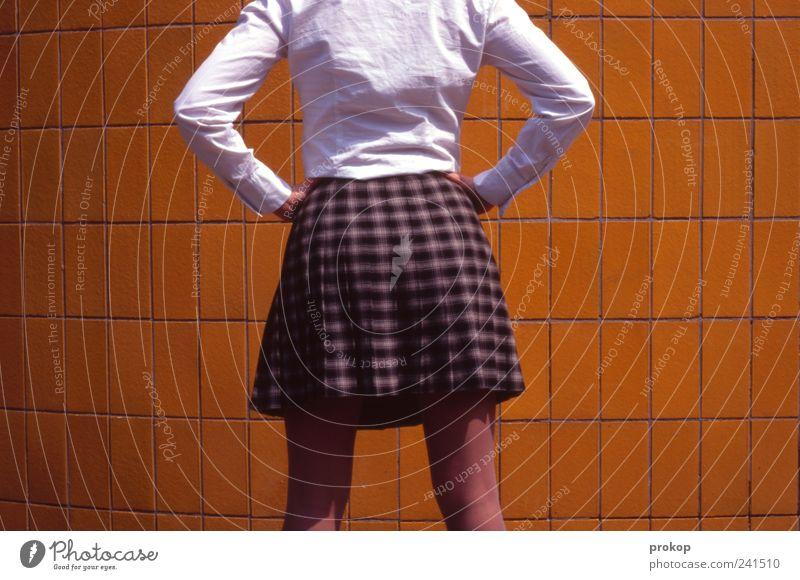 Tja, wat nu? Frau Mensch Jugendliche schön feminin Wand Mauer warten Mode Erwachsene elegant Beginn Bekleidung stehen Ende dünn