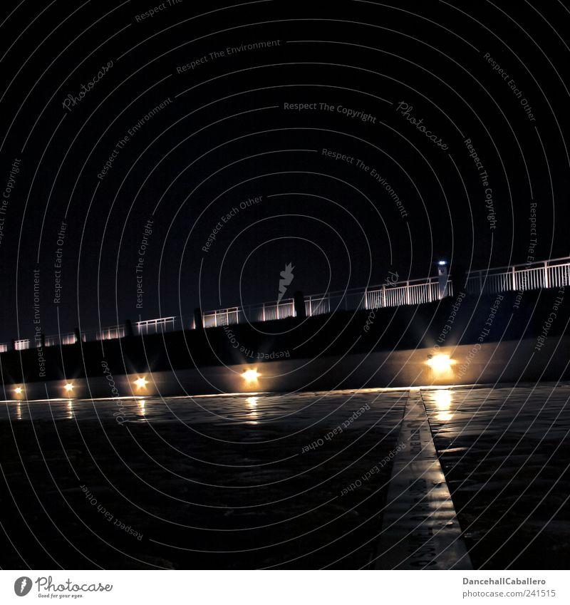 Lichterweg ruhig schwarz gelb dunkel Architektur Wege & Pfade Stimmung Lampe hell Geländer Stadtzentrum Symmetrie Lichtspiel Bühnenbeleuchtung Fußgänger Deich